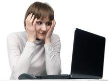 Muchacha trastornada con la computadora portátil aislada Imagenes de archivo