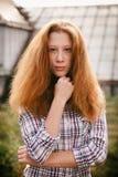 Muchacha trastornada del adolescente con el pelo rojo en las calles Fotografía de archivo libre de regalías