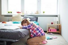 Muchacha trastornada en dormitorio Fotos de archivo