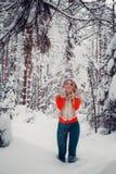 Muchacha traviesa encantadora de la foto al aire libre en invierno con la acción de la nieve Foto de archivo