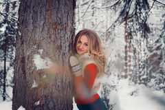 Muchacha traviesa encantadora de la foto al aire libre en invierno con la acción de la nieve Imagen de archivo libre de regalías