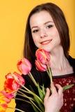 Muchacha triguena adolescente linda joven con los tulipanes Imagen de archivo