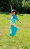 Muchacha triguena bonita de salto Fotos de archivo
