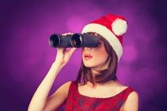 Muchacha triguena con binocular Foto de archivo