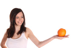 Muchacha triguena con la naranja imagen de archivo