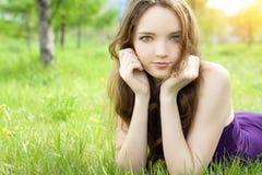 Muchacha triguena del adolescente que miente en prado Fotos de archivo libres de regalías