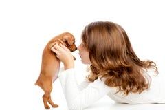 Muchacha triguena del perfil con pinscher del perrito del perro el mini Foto de archivo
