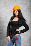 muchacha triguena en la capa, casco Fotografía de archivo