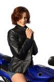 Muchacha triguena en la chaqueta de cuero de la motocicleta Foto de archivo libre de regalías