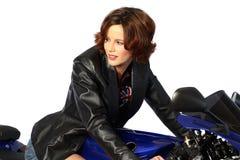 Muchacha triguena en la chaqueta de cuero de la motocicleta Fotografía de archivo libre de regalías