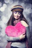 Muchacha triguena hermosa con el corazón del juguete. Foto para la tarjeta del día de San Valentín del St. Imágenes de archivo libres de regalías