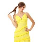 Muchacha triguena hermosa en alineada amarilla Imagenes de archivo
