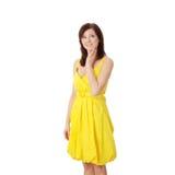 Muchacha triguena hermosa en alineada amarilla. Fotos de archivo