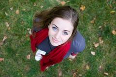 Muchacha triguena hermosa en bufanda roja. Visión superior Imágenes de archivo libres de regalías