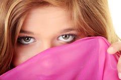 Muchacha triguena hermosa en color de rosa caliente. Fotografía de archivo