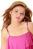 Muchacha triguena hermosa en color de rosa caliente. Foto de archivo libre de regalías