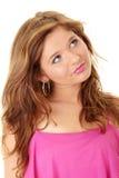 Muchacha triguena hermosa en color de rosa caliente. Fotografía de archivo libre de regalías