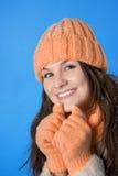 Muchacha triguena hermosa en el casquillo anaranjado Fotos de archivo libres de regalías