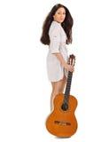 Muchacha triguena hermosa joven con la guitarra acústica foto de archivo