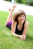 Muchacha triguena joven del adolescente en prado Foto de archivo libre de regalías