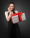 Muchacha triguena joven feliz con el presente Foto de archivo