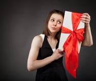 Muchacha triguena joven feliz con el presente Fotos de archivo libres de regalías