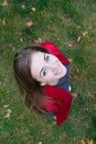 Muchacha triguena joven hermosa en bufanda roja Imagenes de archivo