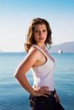 Muchacha triguena joven linda en pantalones vaqueros y la blusa blanca Imagen de archivo