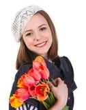Muchacha triguena linda con las flores del tulipán Foto de archivo