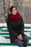 Muchacha triguena linda en nieve Imagenes de archivo