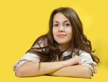 Muchacha triguena sobre amarillo Fotos de archivo libres de regalías