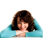 Muchacha triguena sonriente adolescente, con la pista en las manos Fotografía de archivo libre de regalías