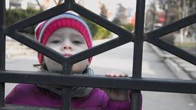 Muchacha triste 3-4 años detrás de las barras Parenting, educación almacen de metraje de vídeo