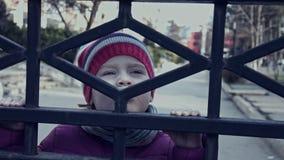 Muchacha triste 3-4 años detrás de las barras Parenting, educación metrajes