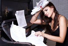 Muchacha triste cerca del piano Fotografía de archivo libre de regalías