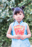 Muchacha triste con el bolsillo rojo por Año Nuevo chino Fotos de archivo