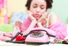 Muchacha triste con el teléfono Foto de archivo