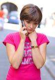 Muchacha triste con el teléfono móvil Fotografía de archivo