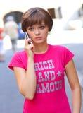 Muchacha triste con el teléfono móvil Fotos de archivo