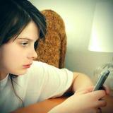 Muchacha triste con el teléfono móvil Foto de archivo