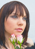 Muchacha triste con las rosas blancas y rosadas. Imagenes de archivo