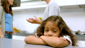 Muchacha triste con los brazos doblados mientras que padres que pelean almacen de metraje de vídeo