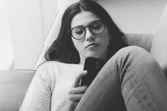 Muchacha triste con smartphone Fotografía de archivo libre de regalías