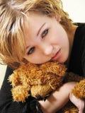 Muchacha triste con un oso de peluche Foto de archivo libre de regalías
