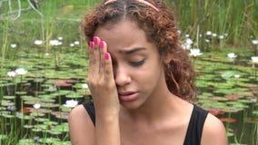 Muchacha triste de Latina en la charca almacen de video