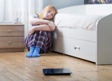 Muchacha triste del adolescente con las escalas en piso Fotos de archivo libres de regalías