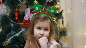 Muchacha triste del niño antes de Papá Noel y un regalo en la Navidad Año Nuevo y árbol de navidad metrajes