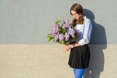 Muchacha triste del retrato con el ramo de lilas Imágenes de archivo libres de regalías