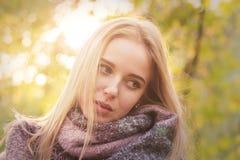 Muchacha triste en bufanda Fotografía de archivo