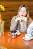 Muchacha triste en café Fotografía de archivo